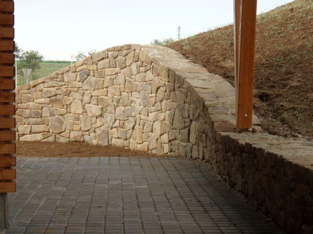 Opěrná zeď z kamene